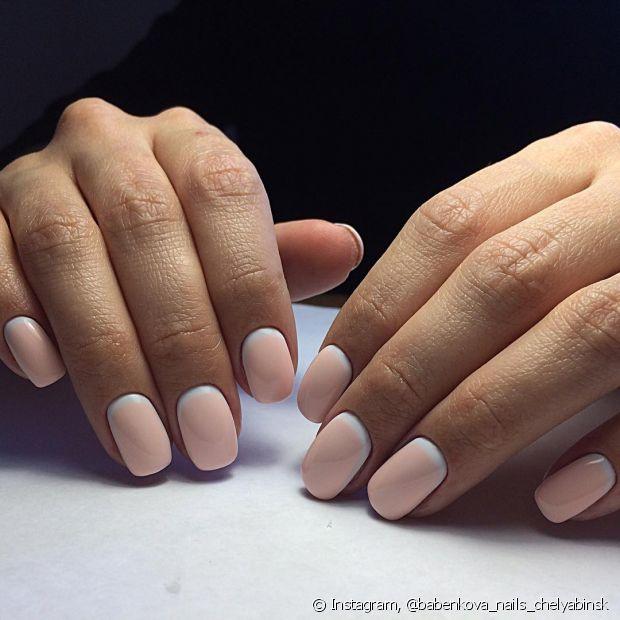 Usar a base antes de pintar as unhas é uma forma de proteção contra manchas amareladas