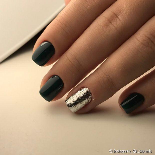 O preto é certeiro, discreto nas unhas e combina com qualquer opção que você escolha para os pés