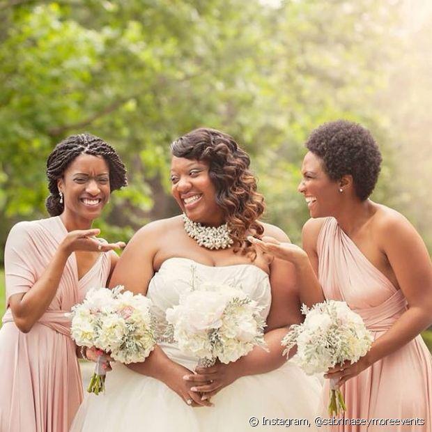 As madrinhas que possuem cabelo crespo devem dar uma chance aos fios naturais na hora de levar a amiga ao altar