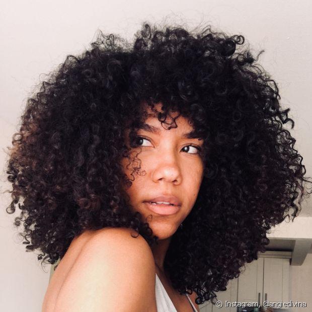 O cabelo castanho pode ficar opaco e com reflexos avermelhados por causa da exposição solar. Nesse caso, aposte no banho de brilho!