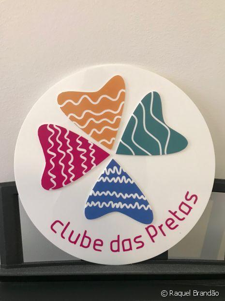 A logo do Clube das Pretas representa diversas curvaturas e tipos de fio, demonstrando a variedade de cachos que podem existir em apenas um cabelo