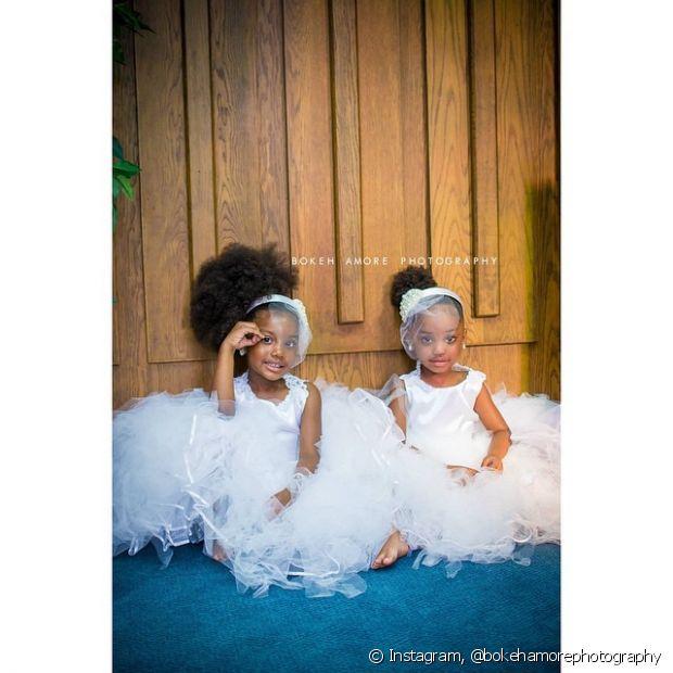 Deixar as damas de honra com o cabelo natural é uma forma de mostrar para as crianças que o cabelo delas é lindo e adequado para qualquer ocasião
