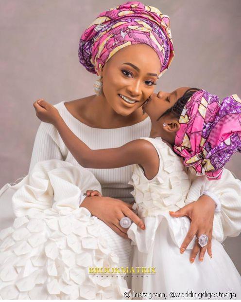 Combinar o turbante da noiva com o da daminha é uma possibilidade bem alegre e estilosa para subir ao altar