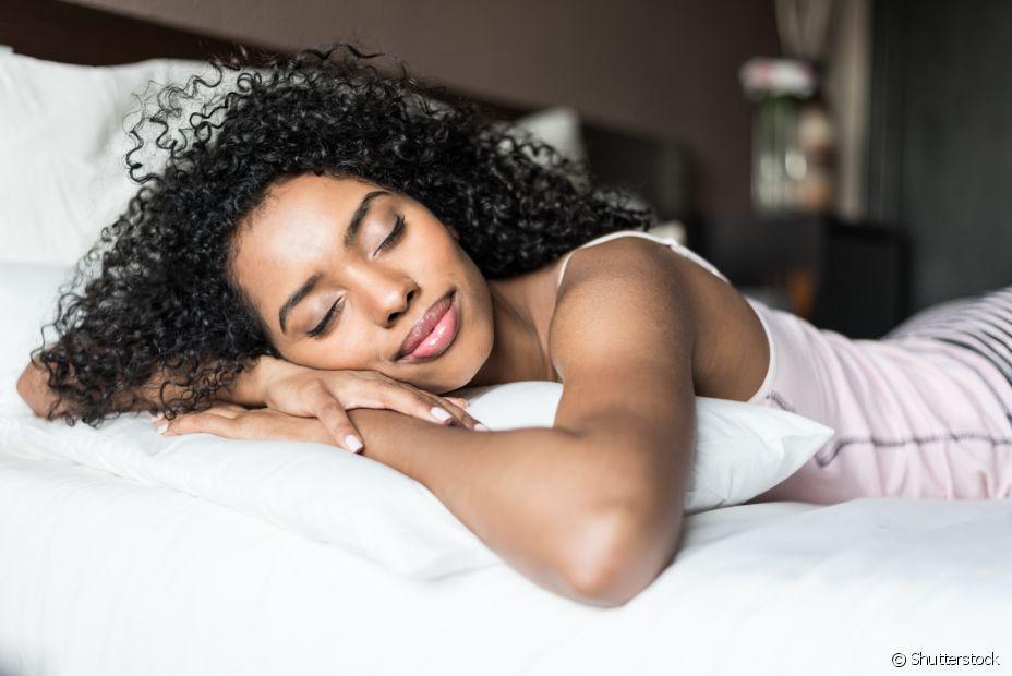 É possível reduzir os nós e evitar que o cabelo acorde todo embolado pela manhã! Aposte no combo penteados protetores, fronha de cetim e óleo vegetal nas pontas