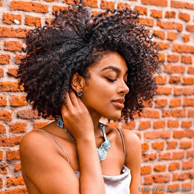 A hidratação com abacate e óleo de rícino é muito indicada para quem tem cabelos cacheados e crespas, por conta das propriedades nutritivas dos ingredientes