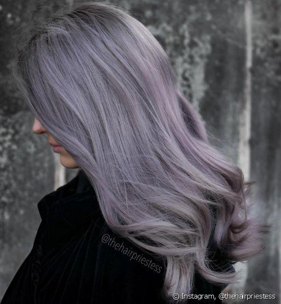 Quem tem cabelos claros está sujeito a sofrer com o efeito dos cabelos chumbados! Mas tirar o acinzentado dos fios, e evitar que isso aconteça, pode ser mais simples do que você imagina
