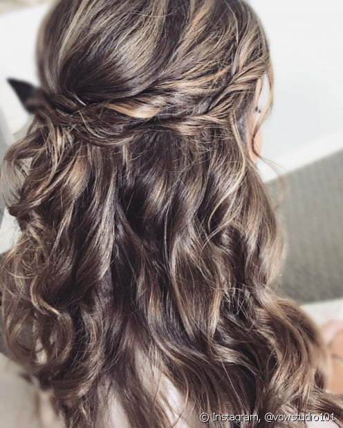 O penteado semipreso com twists é muito simples de reproduzir e garante um visual muito romântico para as madeixas (Foto: Instagram @vowstudio101)