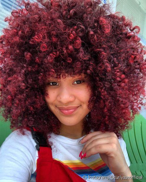 O cabelo cacheado no tom vermelho é a paixão de muitas divas (Foto: Instagram, @curlysueofficial)