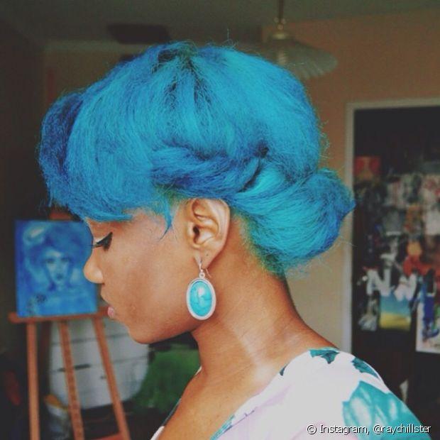 Tem cabelo crespo? Que tal se jogar no cabelo azul celeste (Foto: Instagram, @raychillster)