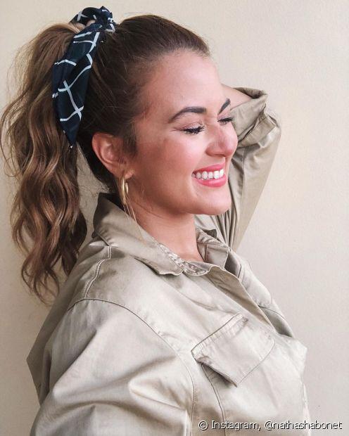 Penteados simples podem ganhar um up com lenços e ser usados no dia a dia  (Foto: Instagram, @nathashabonet)