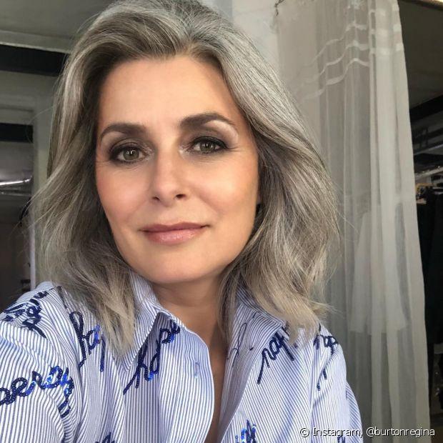 Confira nessa matéria como cuidar dos cabelos brancos para assumir ou cobrir o visual grisalho (Foto: Instagram @burtonregina)