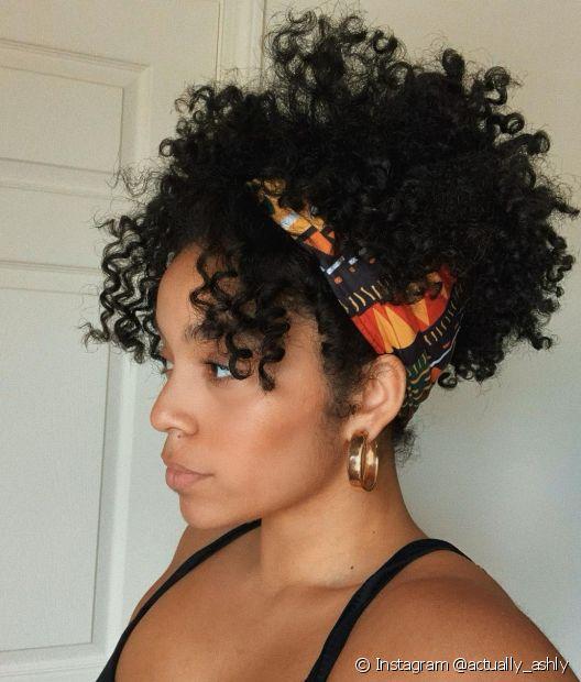 Em um bad hair day, você pode apostar em acessórios como lenços para valorizar a franja cacheada (Foto: Instagram @actually_ashly)