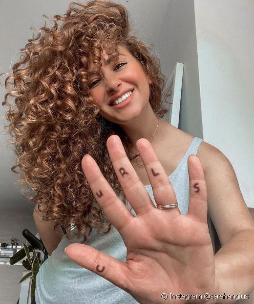Os cuidados para conseguir um cabelo cacheado longo e acelerar o crescimento capilar já começam com shampoos ricos em ativos para crescimento (Foto: Instagram @sarahangius)