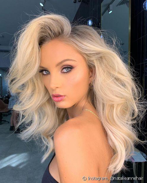 O cabelo loiro platinado segue entre as tendências para 2021. Conheça outros tons de cabelos loiros para apostos neste ano! (Foto: Instagram @natalieannehair)