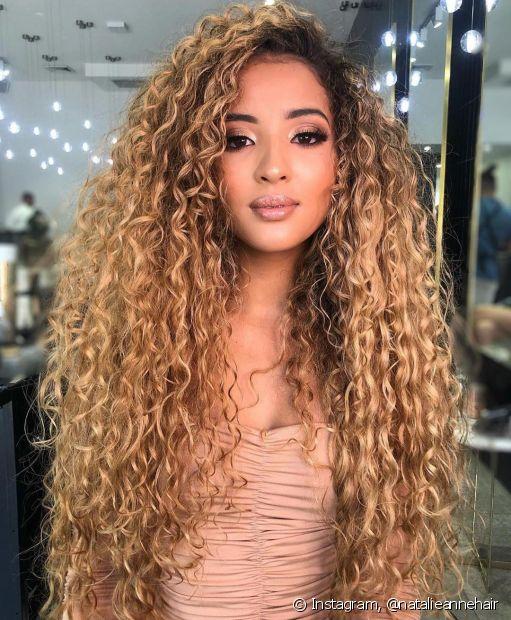O loiro dourado é uma tonalidade intermediária e uma das nuances de cabelos loiros que mais ficam em alta no verão. (Foto: Instagram @natalieannehair)
