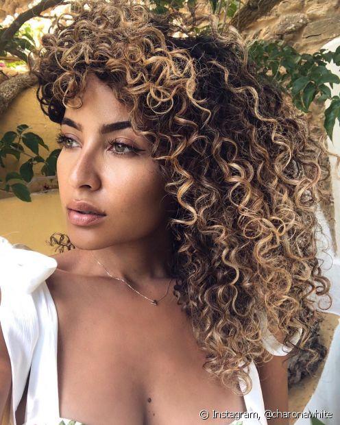 O bronde hair é uma ténica que une o loiro ao castanho e está entre as principais apostas de cabelos loiros para 2021. (Foto: Instagram @charonawhite)
