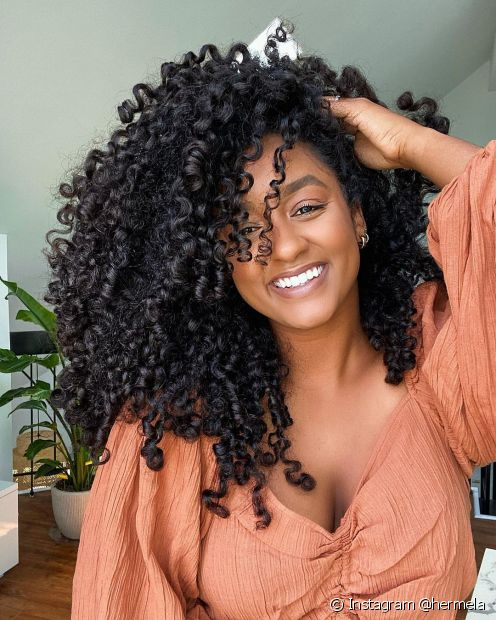 A máscara de nutrição capilar é um item essencial na rotina de quem quer cabelos bonitos e saudáveis. Conheça os benefícios! (Foto: Instagram @hermela)