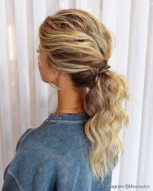 Quem tem o cabelo liso ou ondulado pode deixar os fios mais encorpados com um rabo de cavalo desfiado (Foto: Instagram @blowoutco)