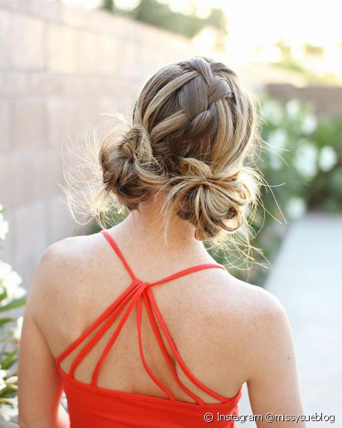 O charmoso macaron bun é a versão baixa do penteado e tem um estilo despejado (Foto: Instagram @missysueblog)