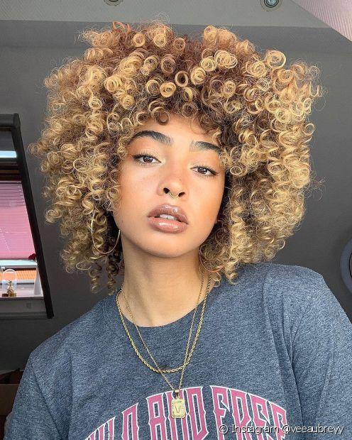 O corte arredondado é uma boa pedida para quem busca um corte de cabelo cacheado com pouca manutenção (Foto: Instagram @veeaubreyy)