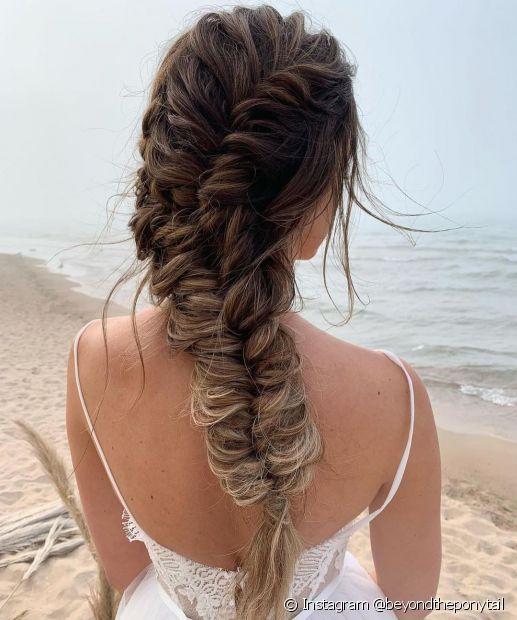 A trança espinha de peixe confere bastante estilo ao cabelo com mechas (Instagram @beyondtheponytail)