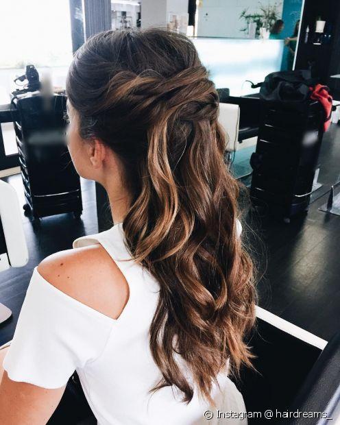 Aposte em um penteado com acabamento romântico no cabelo morena iluminada (Instagram @ hairdreams_)