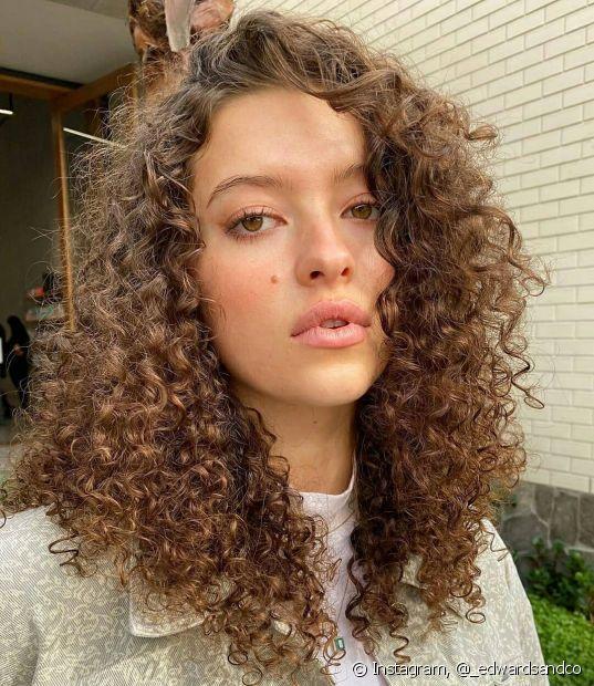 Se o cabelo preto for o tom natural, é preciso descolorir os fios para alcançar o loiro escuro (Foto: Instagram @_edwardsandco)