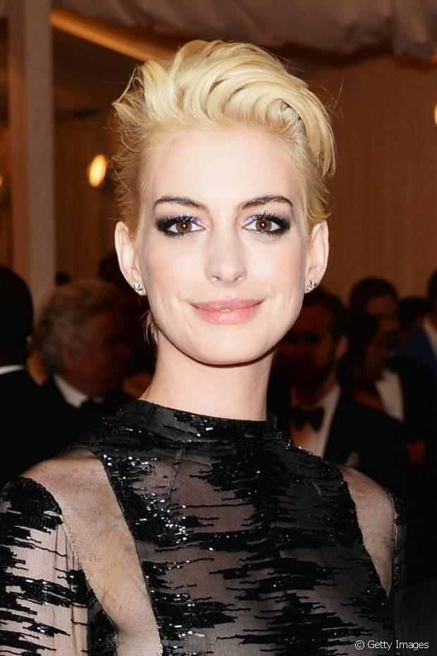 Quando você enjoar da franja, experimente a ideia da atriz Anne Hathaway: texturize os cabelos com pomada e depois escove-os para trás, finalizando com um discreto topete no topo da cabeça