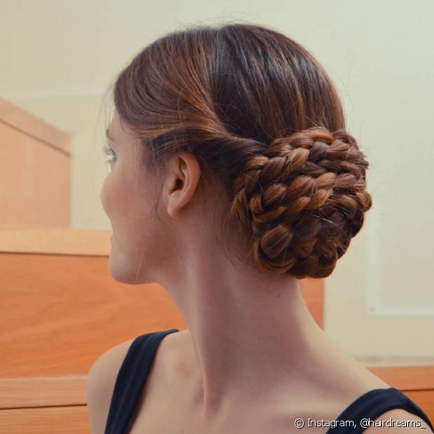 Se você quiser incrementar um pouco mais o coque, pode adicionar tranças laterais ou deixar uma mecha do cabelo de fora na hora de amarrar e depois trançá-la para envolver o o penteado