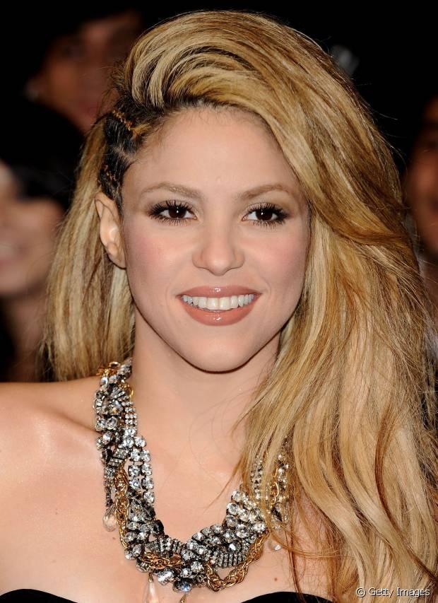 Shakira incrementou ainda mais o visual e criou o sidecut com várias tranças de raiz, deixando o restante dos cabelos soltos e volumosos