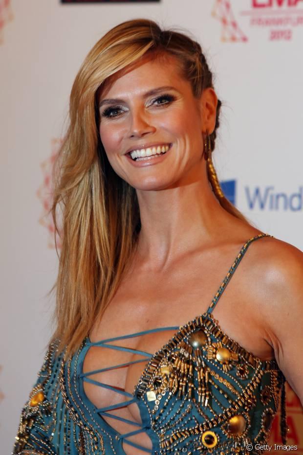 Heidi Klum já apostou no look de falso sidecut com uma única trança e bem romântico