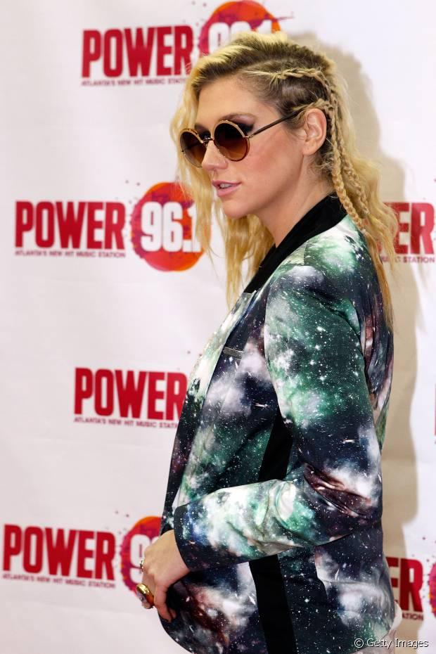 O falso sidecut com trança lateral e todo o volume concentrado em um lado da cabeça, como esse visual da Kesha