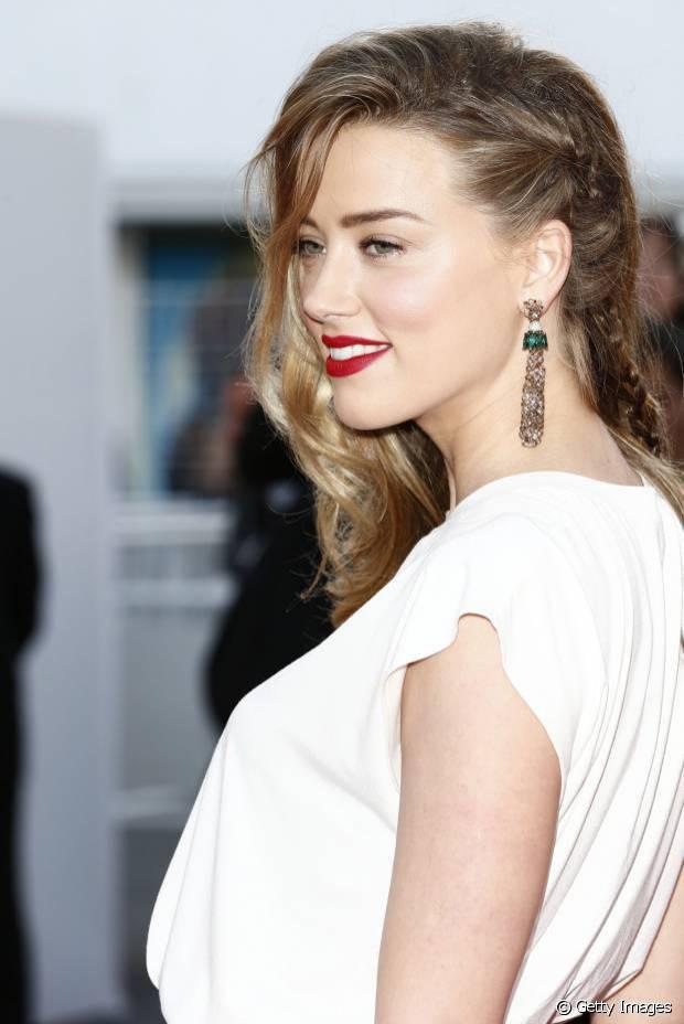 Com brincos grandes e ondas no comprimento você pode deixar o look bem românticos como o de Amber Heard, a esposa de Jhonny Depp