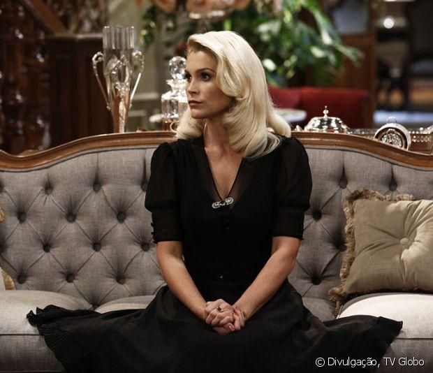 Flávia Alessandra faz sucesso com seu cabelo loiro platinado