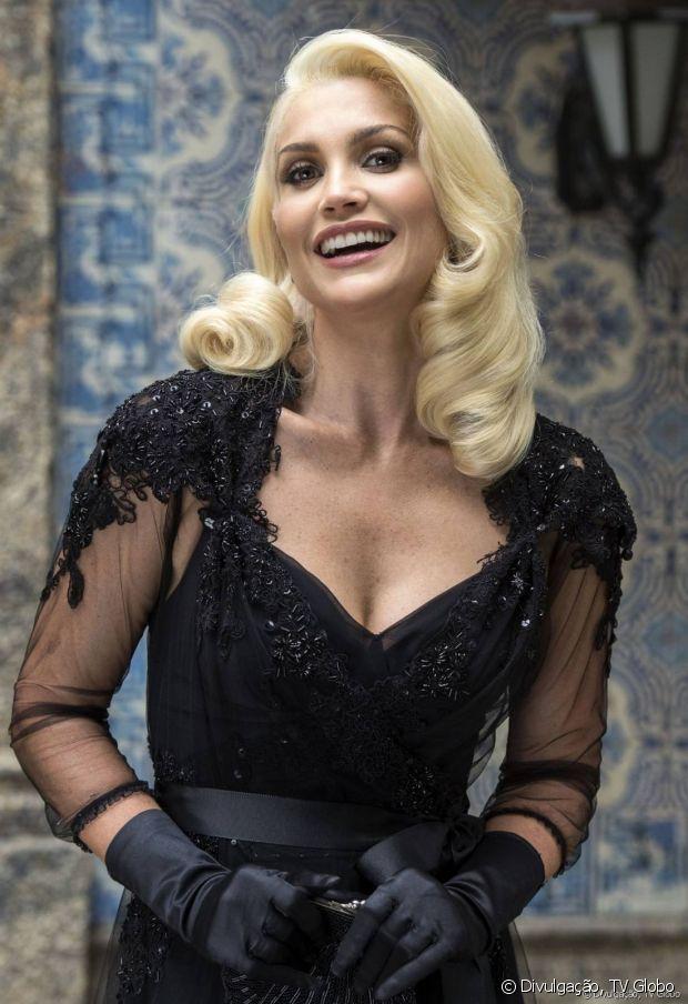 Flávia Alessandra interpreta a vilã Sandra, na novela 'Êta Mundo Bom', e exibe seu cabelo loiro platinado com ondas retrô