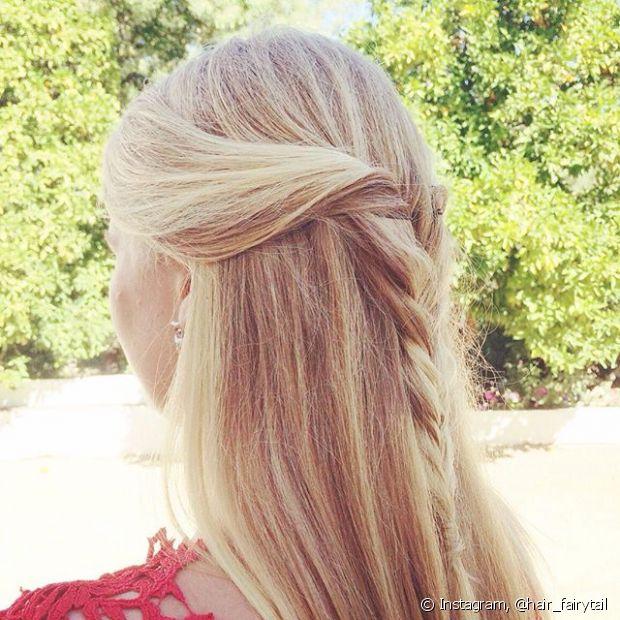 Uma ideia bem simples e não menos bonita para usar as madeixas soltas é pegar uma mecha única da frente do cabelo, torcê-la entre os dedos e depois prender na lateral da cabeça com uma presilha poderosa ou uma trança no comprimento