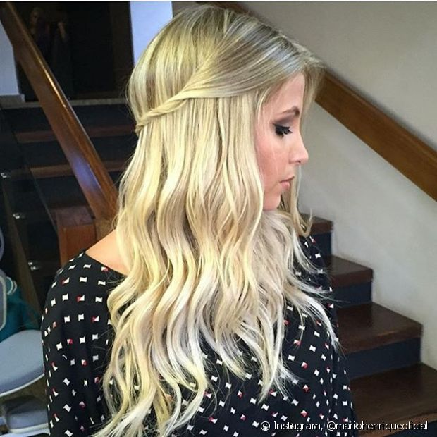 Também é possível criar um penteado simples torcendo as duas mechas da frente do cabelo entre os dedos e prendendo na lateral da cabeça