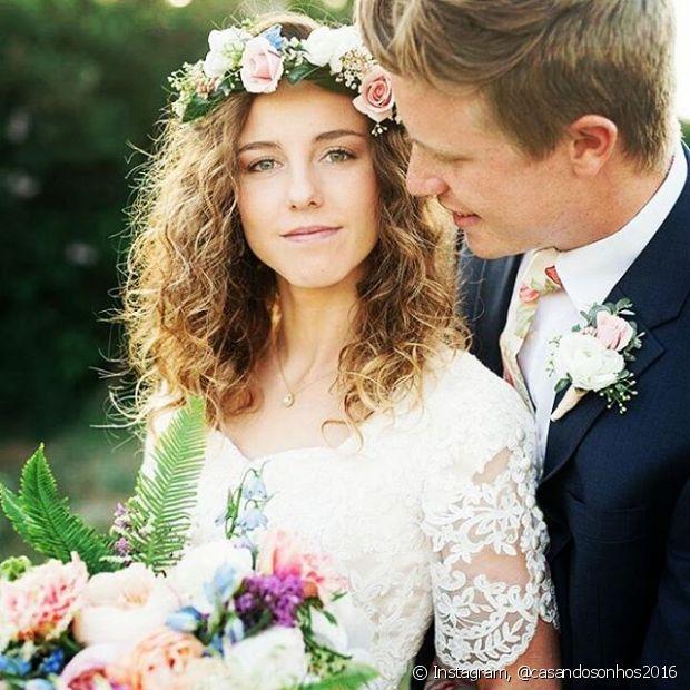Para uma noiva despojada e que quer um visual com que fuja do comum, nós sugerimos dois acessórios incríveis: coroa de flores e headband