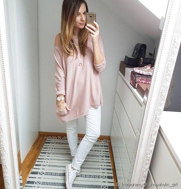 A combinação de uma blusa mais solta, uma calça mais justa e um tênis parece ser a união perfeita para as mulheres que preferem um visual mais básico e confortável