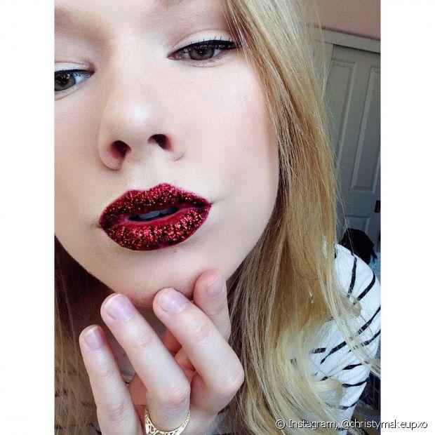 Para aplicar o glitter nos lábios, passe o batom por baixo e aplique o brilho por cima