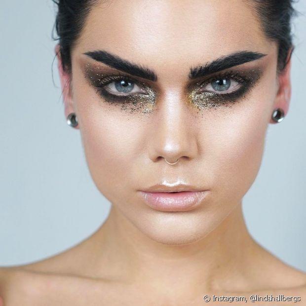 Usar glitters mais escuros pode, sim! Faça uma maquiagem mais intensa e arrase nos blocos de Carnaval