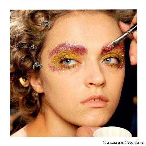 Passar glitter nas sobrancelhas é bem fácil e se engana quem acha que não sai fácil!