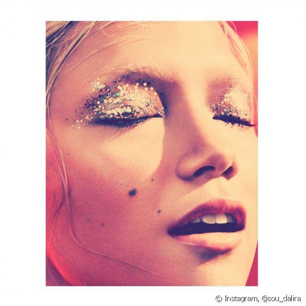 O glitter pode ser aplicado tanto no canto externo ou interno dos olhos