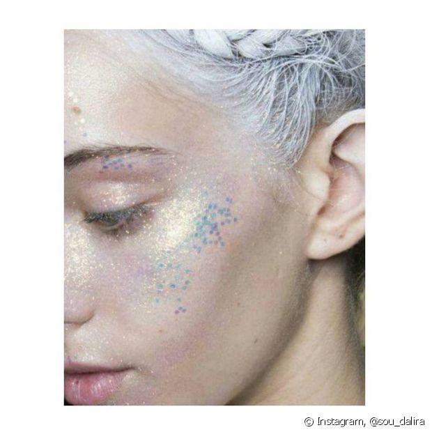 Passar o brilho nas maçãs do rosto deixa o visual ainda mais iluminado e incrível