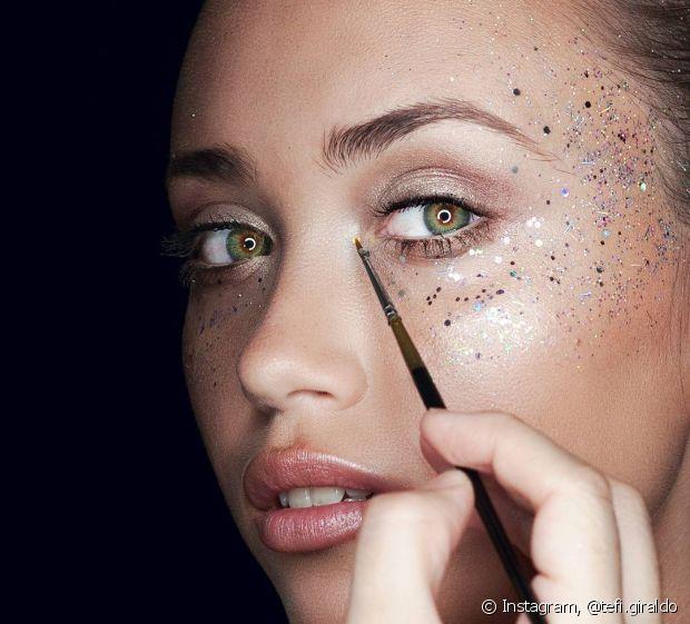 Prefira comprar sua máscara de cílios, lápis de olho e sombra à prova d'água, assim evitando o efeito borrado na área dos olhos