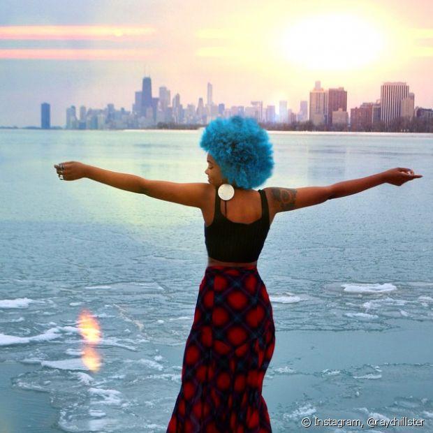 Azul é a cor mais quente. Imagina juntar esse tom bapho com um cabelo cacheadíssimo!