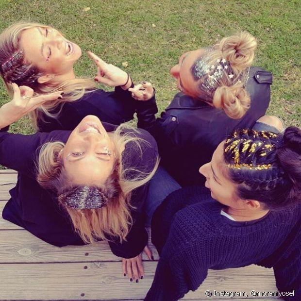 Nos dias de folia, você pode combinar com suas amigas de sair por aí com a raiz dos seus cabelos brilhando muito