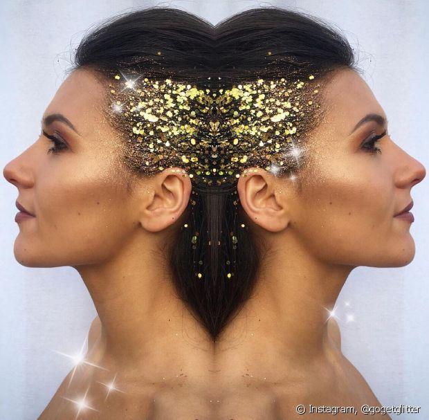 Colar glitter na lateral dos cabelos também fica superdescolado