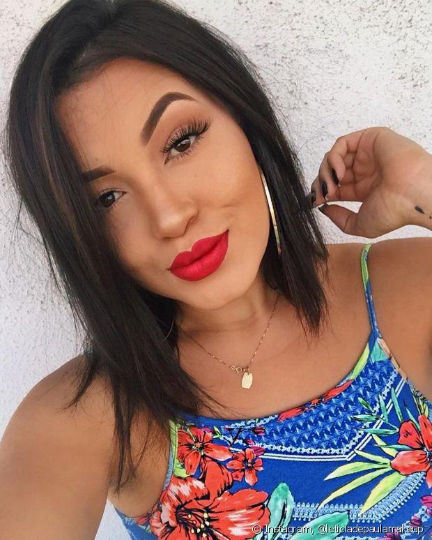 A maquiadora Leticia de Paula ensina como fazer a maquiagem durar mais no Carnaval e outros truques de make no nosso canal no Youtube