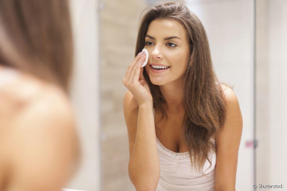 Aplique o tônico na sua pele com um algodão. Esse produto vai agir recuperando o equilíbrio natural da sua pele